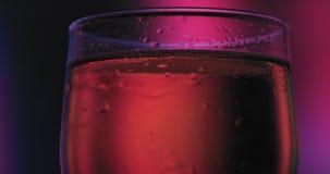La bière de lumière froide dans un verre avec de l'eau se laisse tomber Fin de bière de métier vers le haut de rotation banque de vidéos