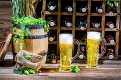 La bière deux directement de la bouteille a vieilli dans la cave photographie stock libre de droits