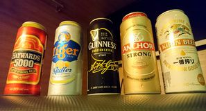 La bière est bière de boîtes de différentes marques populaires à Singapour photo libre de droits