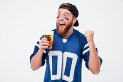 La bière potable de fan criarde enthousiaste d'homme font le geste de gagnant Photo stock