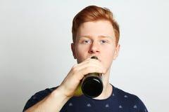 La bière potable de type d'une bouteille Photographie stock