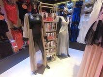 La biancheria delle donne ha visualizzato su un manichino da vendere in un deposito del boutique immagini stock libere da diritti