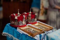 La bibbia della chiesa dell'altare esamina in controluce l'icona trasversale della corona Fotografie Stock Libere da Diritti