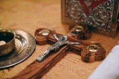 La bibbia della chiesa dell'altare esamina in controluce l'icona trasversale della corona Fotografia Stock