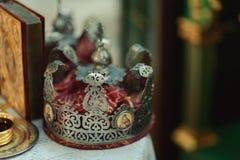 La bibbia della chiesa dell'altare esamina in controluce l'icona trasversale della corona Immagine Stock Libera da Diritti