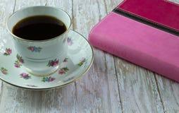 La bibbia della donna con una tazza di caffè o un tè immagini stock