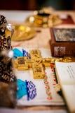 La bibbia e l'incrocio sull'altare Fotografia Stock