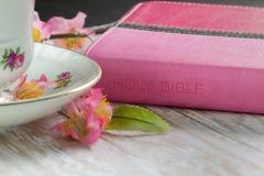 La bible de la femme avec une tasse de café ou de thé Images libres de droits