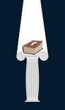 La bible est piédestal dans l'obscurité La lumière divine illumine un épais huent Photographie stock libre de droits