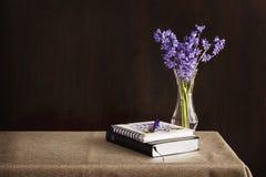La bible et le journal ont plac? sur une table avec des fleurs dans le vase image libre de droits