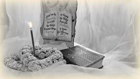 La bible et une bougie brûlante avec les éléments décoratifs Image stock