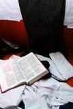 La bible sur des vêtements s'approchent du mauvais images libres de droits