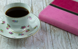La biblia de la mujer con una taza de café o de té imagenes de archivo