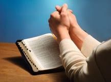 La biblia de la mano Fotos de archivo