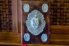 La biblia en el altar del monasterio Fotos de archivo