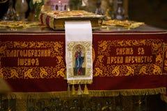 La biblia en el altar del monasterio Imagen de archivo libre de regalías