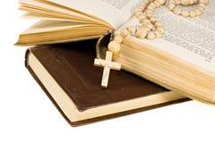 La biblia santa se abrió con una cruz en ella Foto de archivo libre de regalías