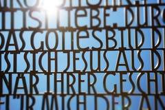 La biblia versifica la escultura del texto, citas alemanas de la biblia imagenes de archivo