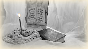 La biblia y una vela ardiente con los elementos decorativos Imagen de archivo