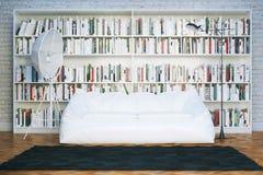 La biblioteca grande deja de lado con muchos libros en la sala de estar blanca Imagen de archivo