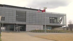 La biblioteca presidencial de Little Rock, Arkansas Guillermo J Clinton señala el tiro por medio de una bandera ancho almacen de metraje de vídeo