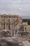 La biblioteca y los turistas de Ephesus Foto de archivo libre de regalías