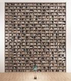 La bibliothèque avec beaucoup de livres et femme, 3d rendent illustration stock