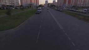 La bici blanca monta debajo de la cámara en la velocidad metrajes