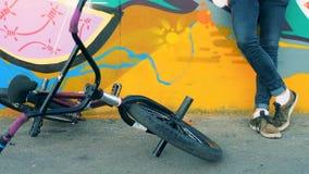 La bici de BMX cae en la tierra en un skatepark 4K almacen de metraje de vídeo