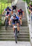 La bici de montaña compite con - abajo las escaleras en el berok de Ruzom de la ciudad, Eslovaquia Fotos de archivo
