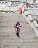 La bici de montaña compite con - abajo las escaleras en el berok de Ruzom de la ciudad, Eslovaquia Imágenes de archivo libres de regalías