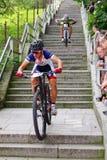 La bici de montaña compite con - abajo las escaleras en el berok de Ruzom de la ciudad, Eslovaquia Foto de archivo libre de regalías