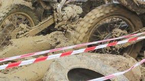 La bici di enduro ha attaccato nel fango di ostacolo sulla pista di corsa archivi video