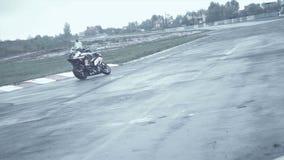La bici di Moto viene in ripido restituisce le circostanze bagnate video d archivio