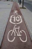 La bici firma adentro un carril Fotografía de archivo