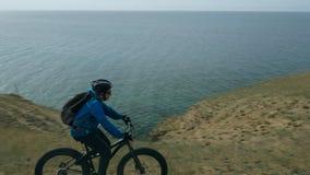 La bici gorda también llamó la bici del fatbike o del gordo-neumático en el verano que conducía las colinas Fotografía de archivo