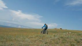 La bici gorda también llamó la bici del fatbike o del gordo-neumático en el verano que conducía las colinas Fotografía de archivo libre de regalías