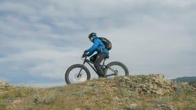 La bici gorda también llamó la bici del fatbike o del gordo-neumático en el verano que conducía las colinas Imagen de archivo libre de regalías