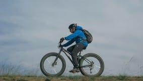 La bici gorda también llamó la bici del fatbike o del gordo-neumático en el verano que conducía las colinas Foto de archivo