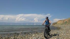 La bici grassa inoltre ha chiamato la bici della grasso-gomma o del fatbike di estate che guida sulla spiaggia video d archivio