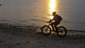 La bici grassa inoltre ha chiamato la bici della grasso-gomma o del fatbike di estate che guida sulla spiaggia archivi video