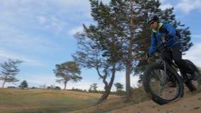 La bici grassa inoltre ha chiamato la bici della grasso-gomma o del fatbike nella guida dell'estate nella collina della sabbia stock footage