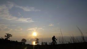 La bici grassa inoltre ha chiamato la bici della grasso-gomma o del fatbike nella guida dell'estate nell'erba stock footage