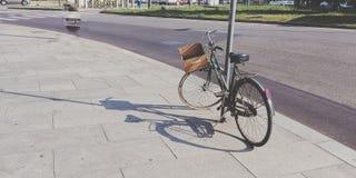 La bici ha parcheggiato nella via di Torino Italia Fotografia Stock