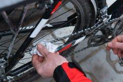 La bici, lubrica, monta en bicicleta, repara, adapta, mecánico, derailleur, servicio Imagen de archivo