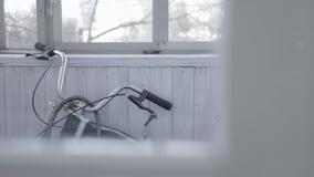 La bici negra se coloca en balcón de madera gris acci?n La bici vieja de alta velocidad se coloca en balcón claro cerrado con las almacen de video