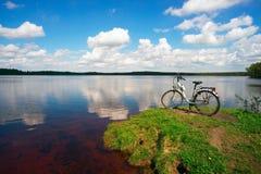 La bici se coloca en los bancos del lago Fotos de archivo libres de regalías