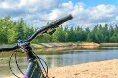 La bici se coloca en los bancos del río Foto de archivo