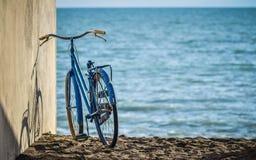 La bici sulla spiaggia, si distende il tempo Fotografie Stock Libere da Diritti