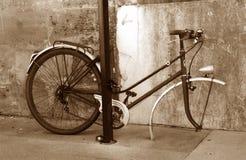 La bici triste nella seppia Immagini Stock